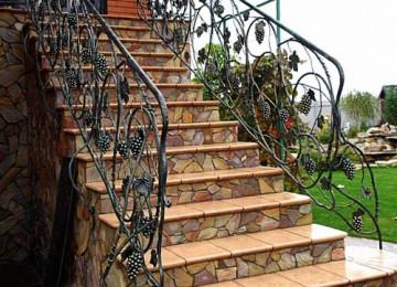 Уличная лестница на второй этаж: ее особенности и виды